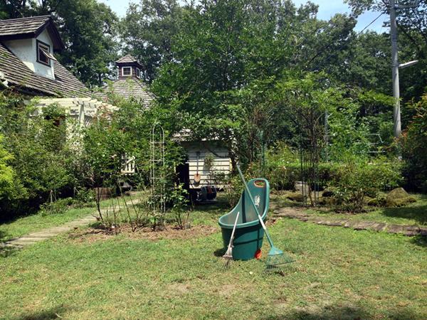 雑草取りと芝刈りを終えた我が家の庭。今年の夏、庭では沖縄出身の有里知花のハワイアン・カバー・アルバム「Island Moments」をよく聴きました。