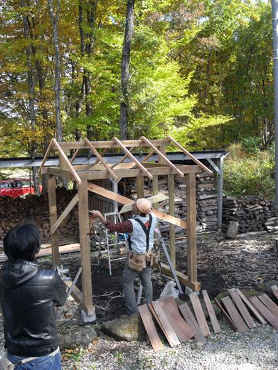 2010年11月に開催したハーフビルド創作教室「薪小屋つくり教室」の風景