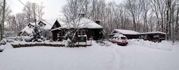 昨年12月に大雪が降った朝のHBH那須ショールーム。400坪の敷地をすべて雪かきすると、早朝から昼近くまでかかりますが、雪の日に外仕事で汗を流すと肺の中の空気が冷たい清廉な外気で洗い流されて気分が一新します。