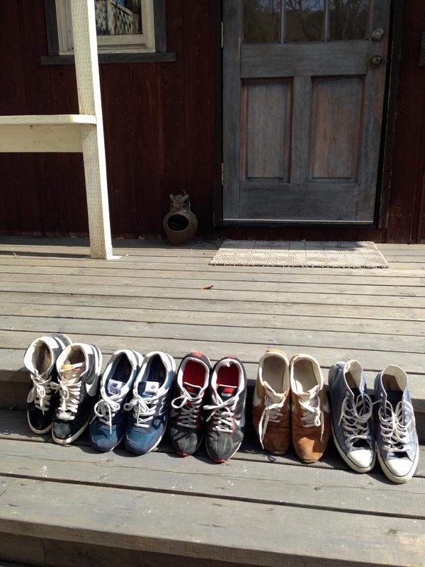 我が家の春の風景その1―ウッドデッキで日光浴するスニーカー