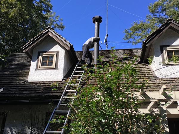 ストーブシーズン前の恒例の光景―屋根に上がってのストーブ煙突掃除。我が家では那須のストーブ屋さんアスペンさんに煙突掃除と点検をしてもらってます。