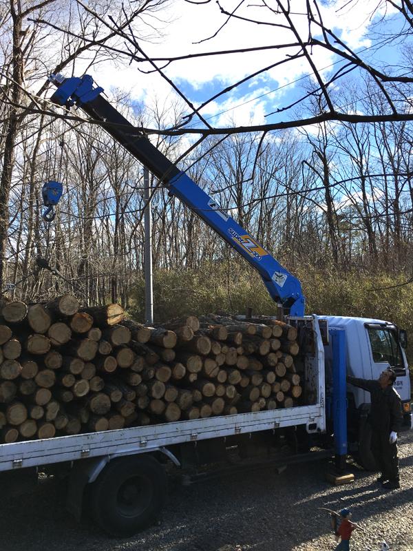 鈴木林業の鈴木社長じきじきに原木をトラックに積んで持ってきてくれました。鈴木さんは御年70歳ですが現役の林業マンです。