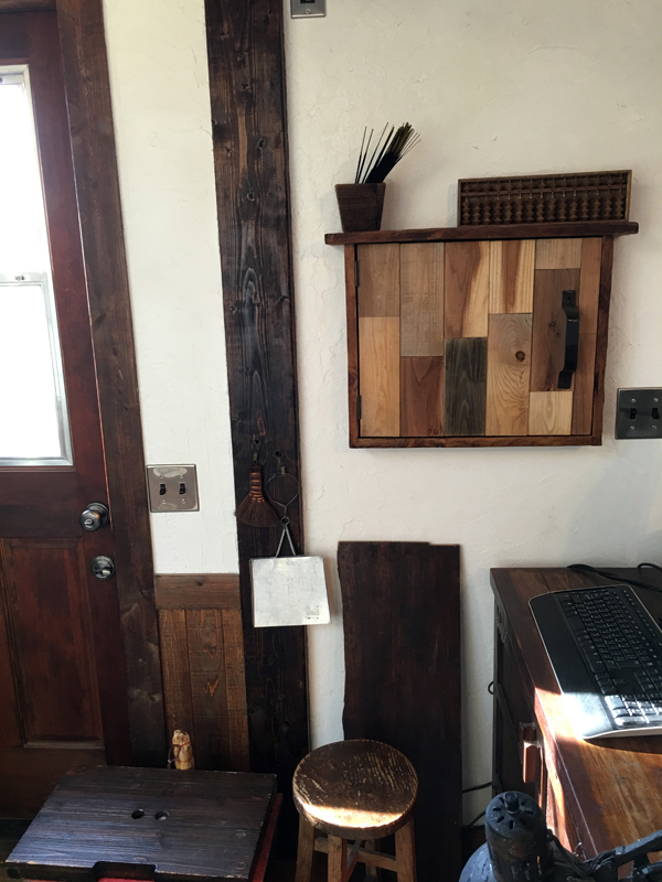 来たる11月13日に見学会を予定している山口様邸内装。 この壁収納棚は山口さん奥様が天井杉板の端材を使って自作したもの