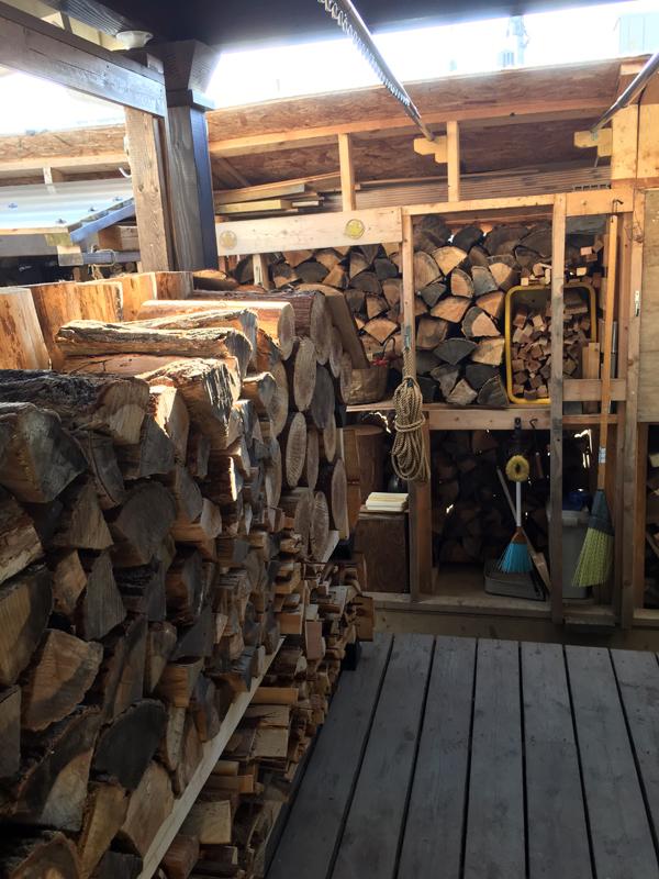 郡山の市街地で敷地が狭いため薪のストックヤードは空間をうまくやり繰りして作ってあります