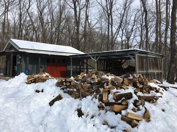 2016年1月30日 半分くらい割れたところで大雪が到来。割った薪を雪の中から掘り出した。