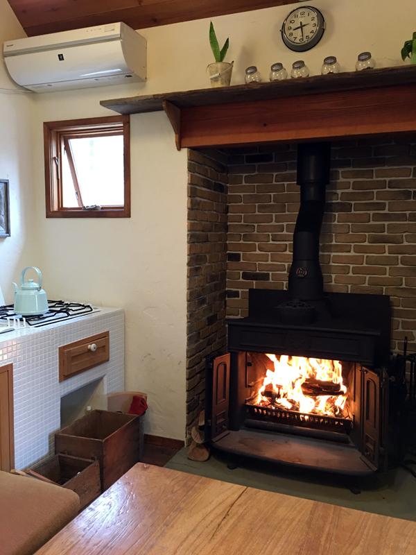 当社ショールームの薪ストーブは米国製フランクリン。古くて重くて大きくてしかも燃焼効率が悪い鉄の塊ですが、炎と薪の燃える音がダイレクトに楽しめるのが魅力です