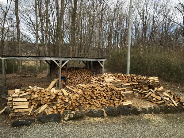 これが総重量6トンの薪で原木はナラと山桜。この薪が事務所と自宅を2年間暖めてくれます。