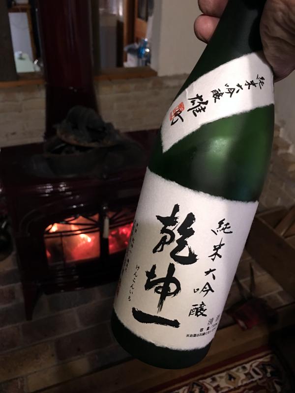 4月下旬の予想外の寒波で薪ストーブが復活。施主さんから上棟の際いただいた宮城のお酒がじつに美味しかった
