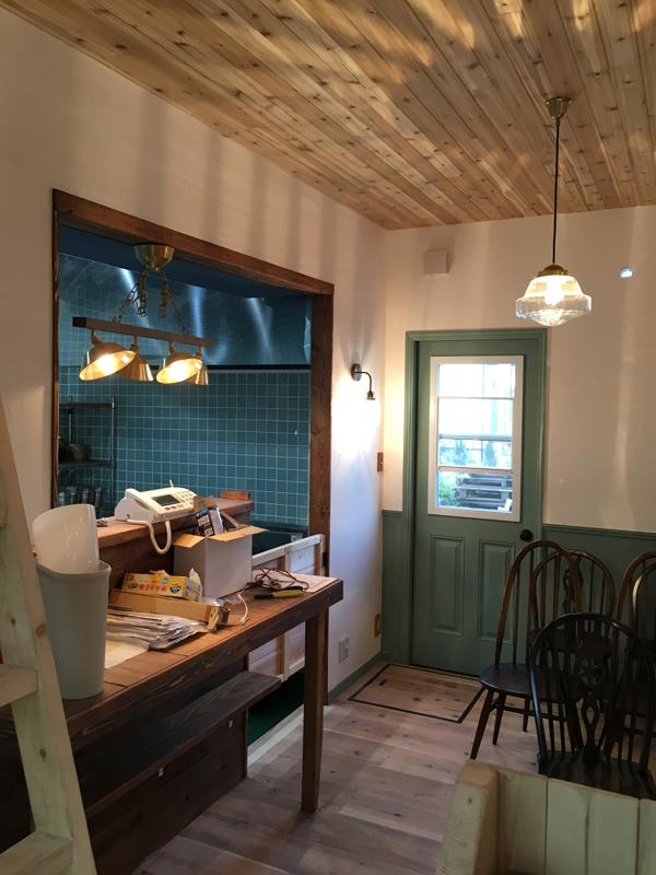 完成して電気照明が点灯した店内風景。住宅度同様無垢材と漆喰で手作りした100%自然素材仕様の内装です