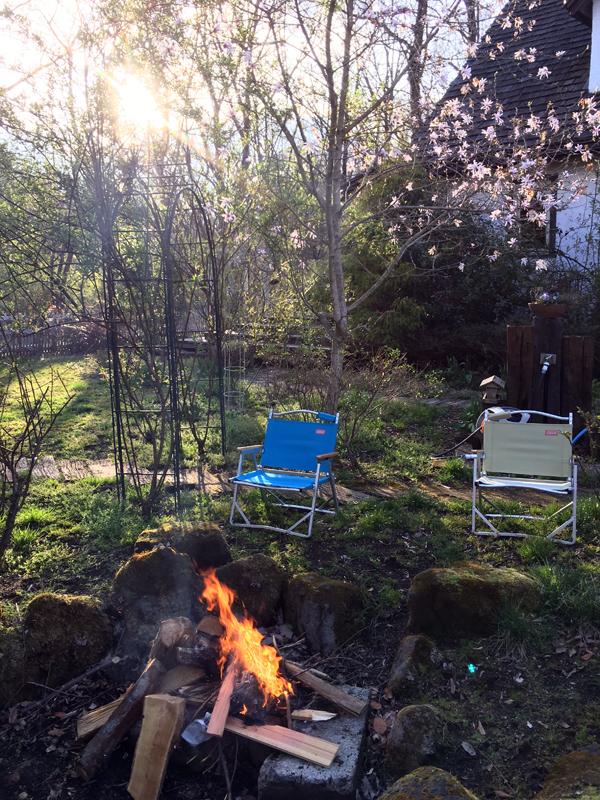 冬の間庭にたまった枯れ枝や枯れ葉を焚き火場で燃やすと我が家にも春が到来します