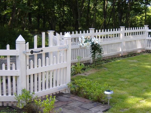 2006年 我が家のガーデンに木製フェンスが完成した時の画像です。デザインは洋書のガーデンニング写真集からそのまま拝借してきました。材料は材木屋さんで寸法を指定して挽いてもらい(米松)オリンピックオイルステインのホワイトペイントで塗装仕上げました。10年後の現在も健在です。