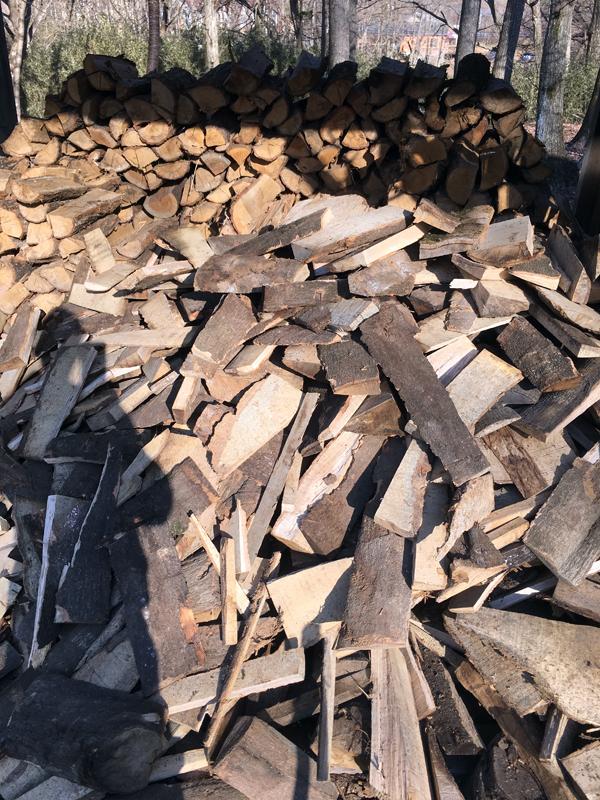 我が家の薪小屋です。手前に無造作に積まれたのが樫の木のバタ材から作った「不揃いの薪たち」。奥に積んであるのがナラの丸太から作った普通の薪