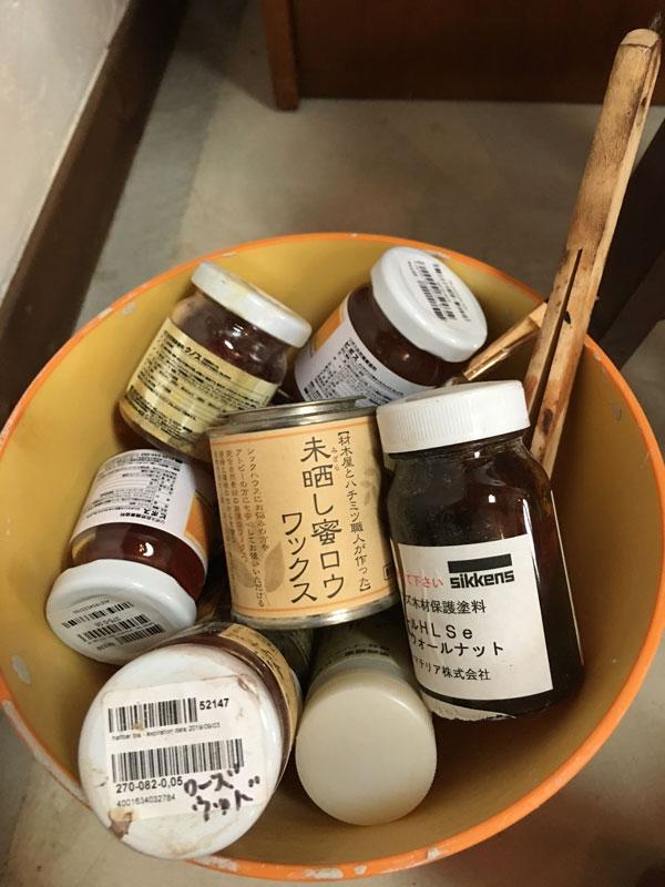 様々な自然塗料メーカーから取り寄せたサンプルです。