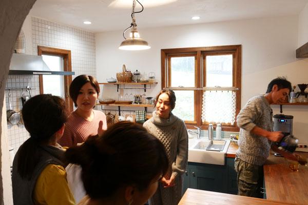 参加者の方達からは施主さんが自作されたキッチンについてたくさん質問を受けましたが、施主さんは親身にご説明されていました。