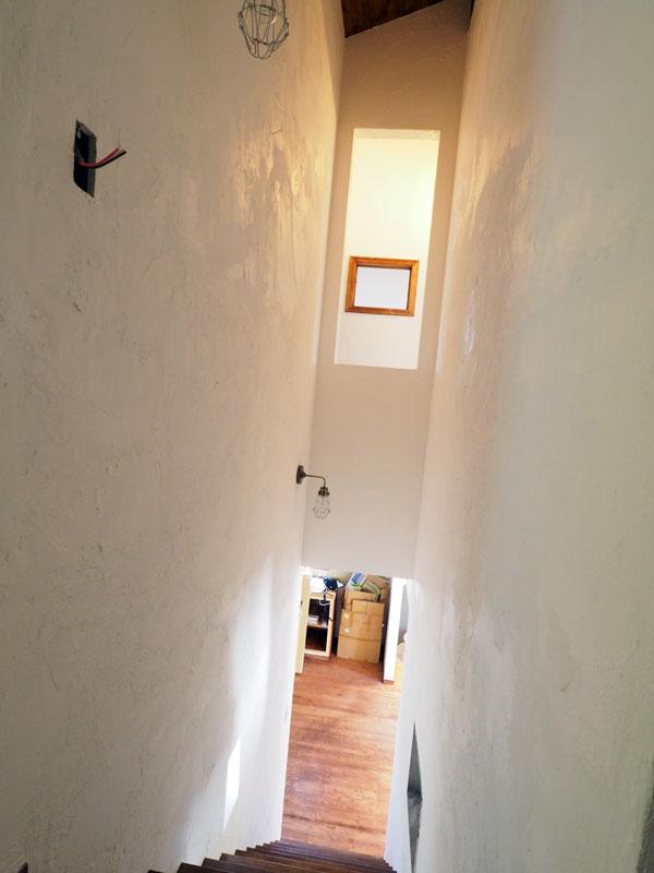 K様邸では家の中央に階段があり、さらに2階天井が勾配天井のため、階段の壁がとても高く、施主さんも漆喰を塗るのに結構苦労されました。