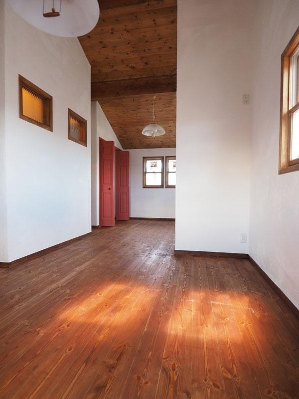 2階のお子様部屋です。勾配天井で天井が高いため広々とした気持ちのいい空間です。漆喰と無垢材と自然塗料だけで仕上げているので全く「新築臭」がしません!