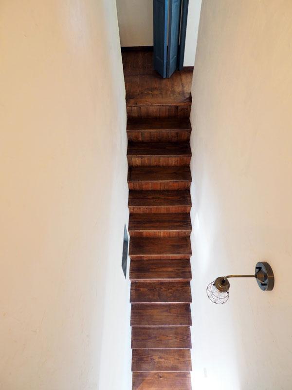 2回の部屋から階段を眺めたところ