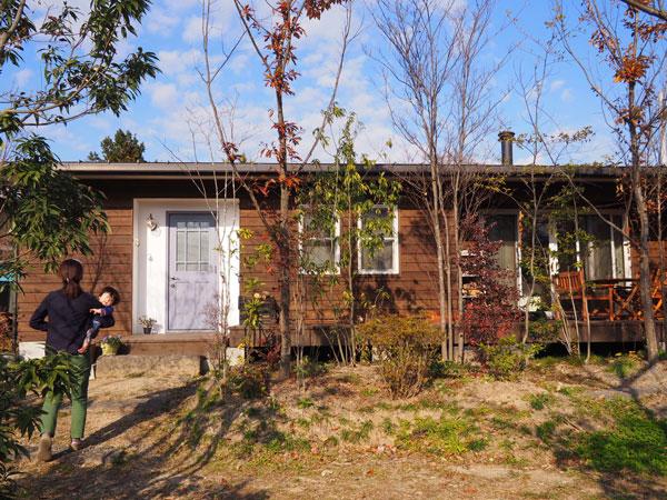 平屋カタログの使う画像撮影のため先月お邪魔したM様邸。広葉樹の森をイメージして作られた庭と家がマッチしています。Mさんも東京から田舎へ移住してこの平屋住宅をハーフビルドされました。