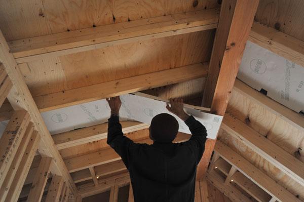 4月27日 T様邸 上棟工事が終わり電気屋さんが配線工事をする前に屋根に遮熱パネルを取り付けるTさん