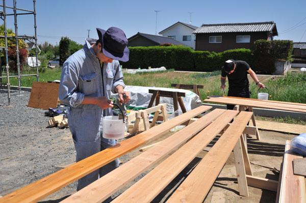 4月28日 Y様邸 外壁材レッドシーダーチャネルサイディングを塗装。真夏日で暑かった!