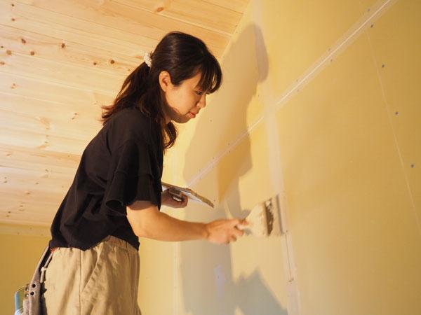5月3日 A様邸 大工が石膏ボードを貼ったあと、施主さんはボードの継ぎ目にパテ塗りを。