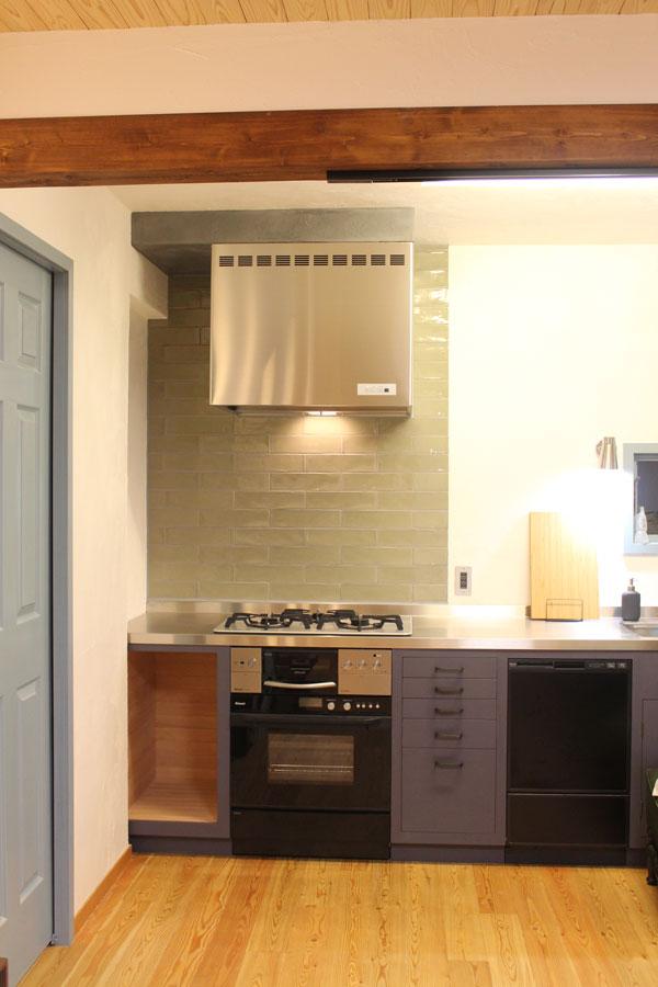 2018年8月 完成風景 当社のキッチン自作サポートシステムを利用して自作されたキッチン。キッチンの骨組みからステンレス天板の設置、壁のタイル貼り、引き出し製作まで、見えるところ全てDIYでご夫妻が完成させたキッチンです。レンジフードは渡辺製作所のWXS-75