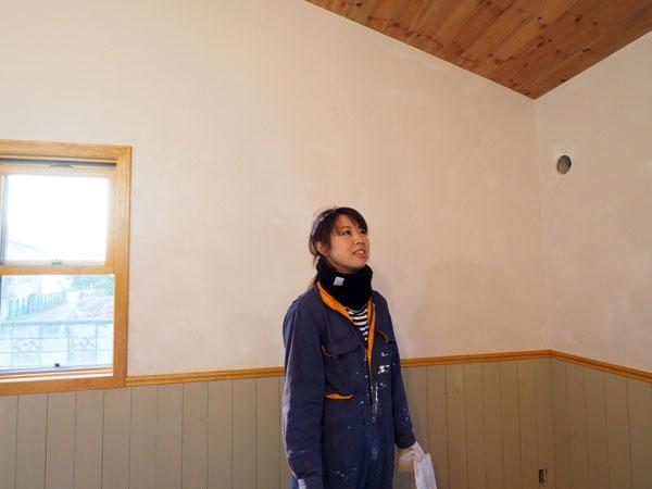 2018年12月20日 室内壁の漆喰左官塗り 一部屋漆喰を塗り終わって。「真っ白!感激!」 今年のハーフビルドベストショットです