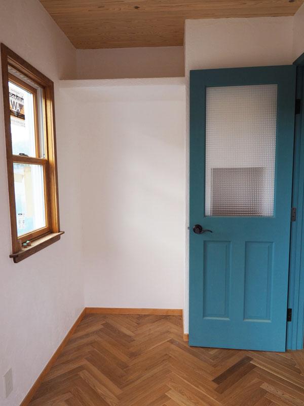 玄関室の床はオークヘリボーンを貼りました。壁は本漆喰白壁、窓はアンダーセン木製ペアガラスサッシ