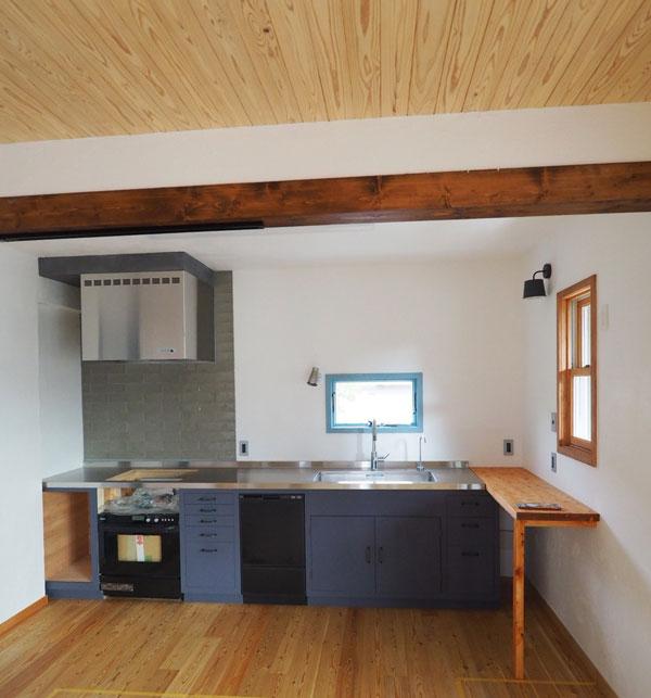 ご夫妻で自作したキッチン。かかった費用を聞くと驚きます。