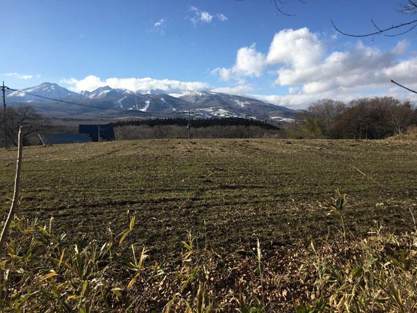 売地の北側には牧草地越しに那須連峰が一望できます。土地は242坪の平坦地で360万円、坪単価15,000円