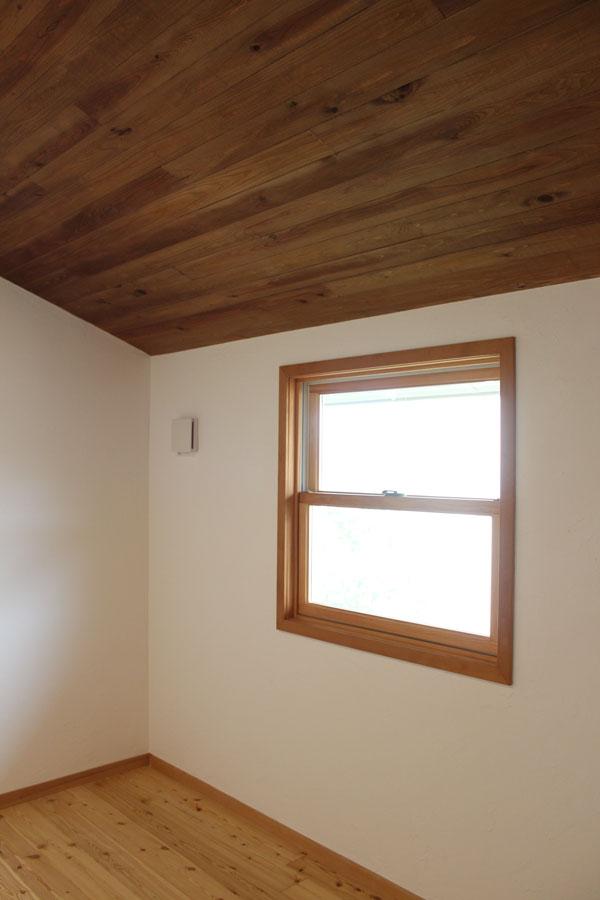 天井板は杉の貫板をサネ加工した当社オリジナル品。ジャンク&チープシック志向の施主さんに人気です。