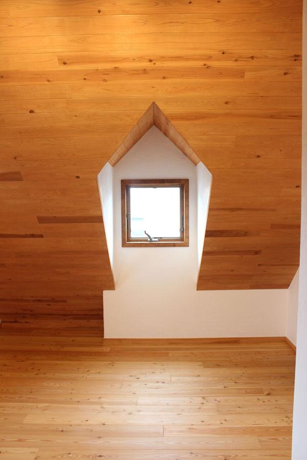 2階の屋根裏部屋はドーマーのある楽しい空間。