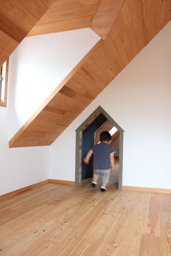 2階のドーマー子供部屋です。2つの子供部屋は大人は通れないこんな楽しいトンネルで繋がっています。施主さんのナイスアイディア。
