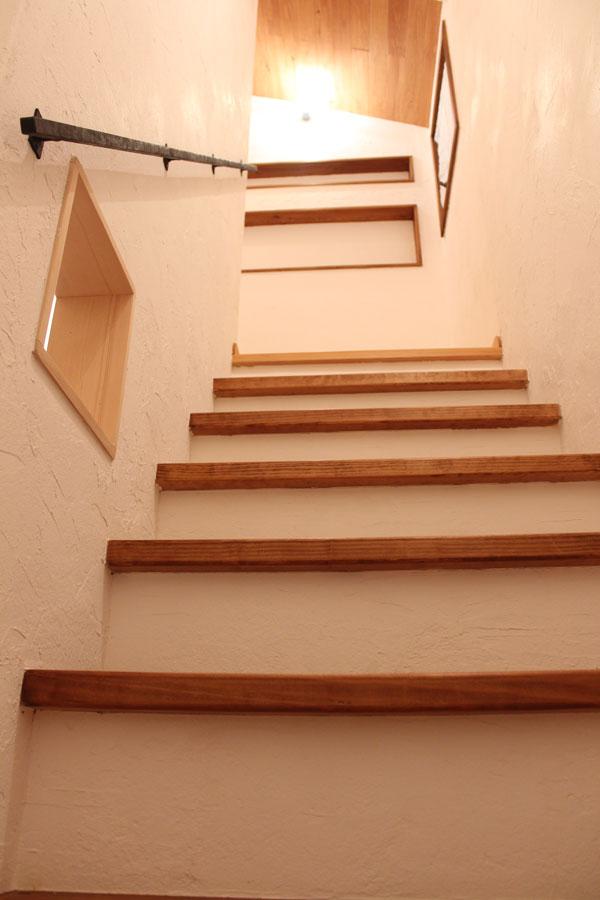 階段は無垢サザンイエローパインの踏板と漆喰だけで作るのがハーフビルドホームスタイル。