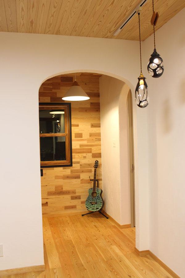 漆喰の白壁に杉板のパッチワーク壁の絶妙な組み合わせ。短い杉板は天井板の余り材。盗みたいアイディアセンスです。