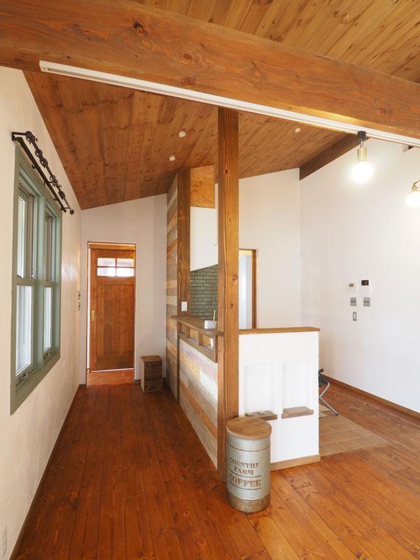 2019年3月3日 完成風景 リビングから見たキッチン。奥は玄関室。アンダーセン木製窓には自然塗料のミルクペイント・ピスタチオグリーン色を塗りました。キッチンのタイルの色とマッチしています。