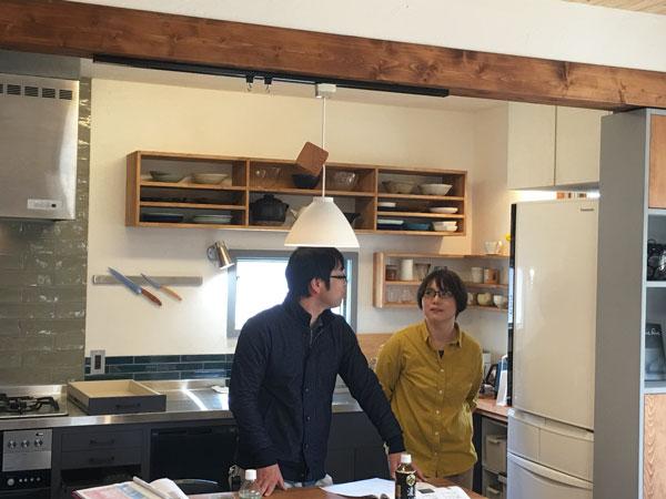 自作したキッチンの前でハーフビルドの思い出を話される加藤様ご夫妻