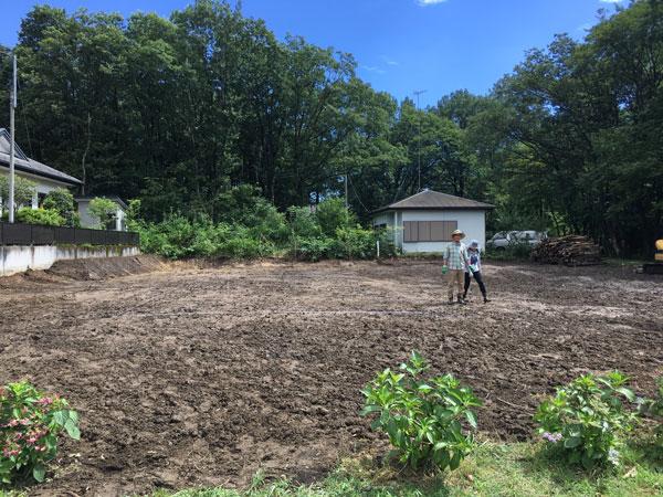 敷地の伐採が終わり家の位置決めをするWさんご夫妻