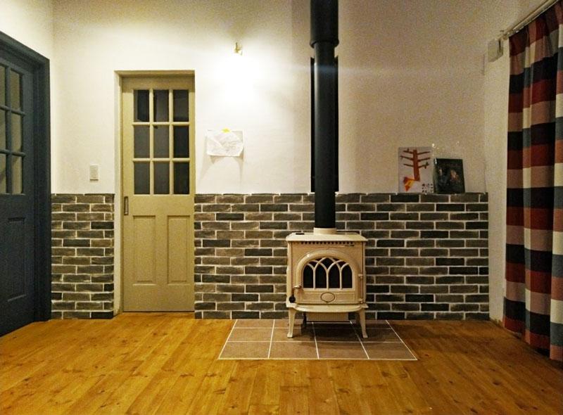 2019年12月30日 完成風景  薪ストーブが入りました レンガの炉壁もDIYです