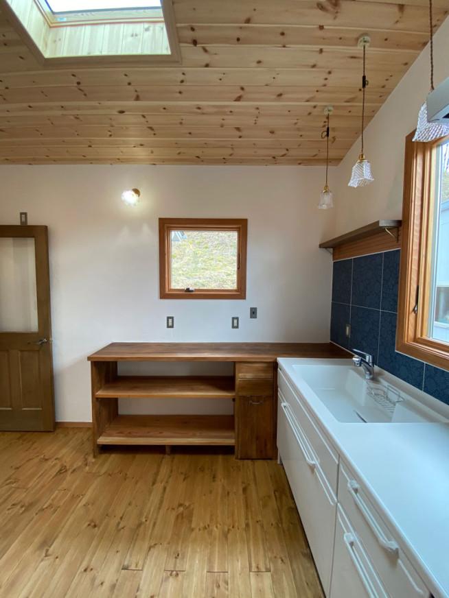2021年3月23日 完成風景 キッチンはタカラスタンダード、奥の作業テーブルは実家にあった杉板で施主さんが自作しBRIWAX(ジャコビアン色)とリボス・カルデット (ウオルナット色)で塗装仕上げました。