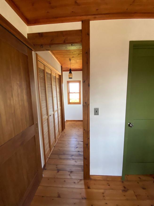 2021年9月28日 完成して2年目のお宅を拝見 引き戸、開き戸、収納折れ戸はどれも木製ドア、自然塗料仕上げ